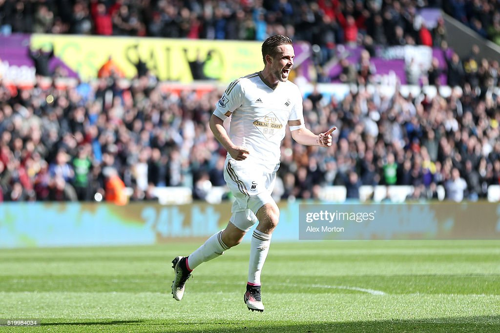 <a gi-track='captionPersonalityLinkClicked' href=/galleries/search?phrase=Gylfi+Sigurdsson&family=editorial&specificpeople=6401581 ng-click='$event.stopPropagation()'>Gylfi Sigurdsson</a> of Swansea City celebrates scoring his team's first goal during the Barclays Premier League match between Swansea City and Chelsea at the Liberty Stadium on April 9, 2016 in Swansea, Wales.