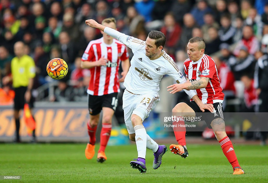 <a gi-track='captionPersonalityLinkClicked' href=/galleries/search?phrase=Gylfi+Sigurdsson&family=editorial&specificpeople=6401581 ng-click='$event.stopPropagation()'>Gylfi Sigurdsson</a> of Swansea City controls the ball under pressure of <a gi-track='captionPersonalityLinkClicked' href=/galleries/search?phrase=Jordy+Clasie&family=editorial&specificpeople=7012011 ng-click='$event.stopPropagation()'>Jordy Clasie</a> of Southampton during the Barclays Premier League match between Swansea City and Southampton at Liberty Stadium on February 13, 2016 in Swansea, Wales.
