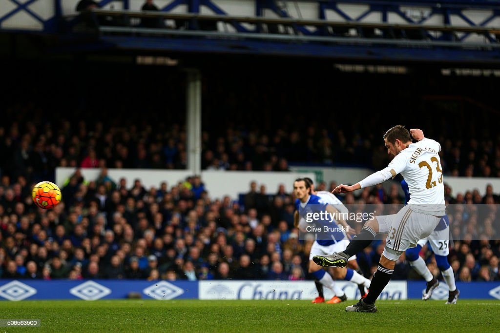 Gylfi Sigurdsson of Swansea City scores the opening goal from the penalty spot during the Barclays Premier League match between Everton and Swansea City at Goodison Park on January 24, 2016 in Liverpool, England.