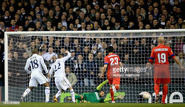Gylfi Sigurdsson of Tottenham Hotspur scores his side's second goal past Samir Handanovic of FC Internazionale Milano during the UEFA Europa League...