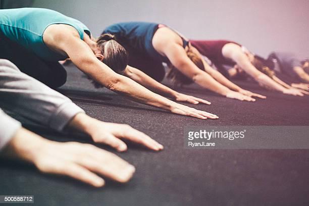 Classe di esercizio in palestra facendo Childs