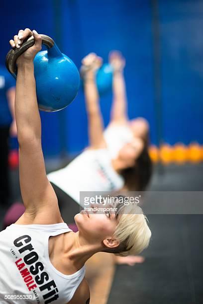 CrossFit clase de levantar una pesa rusa