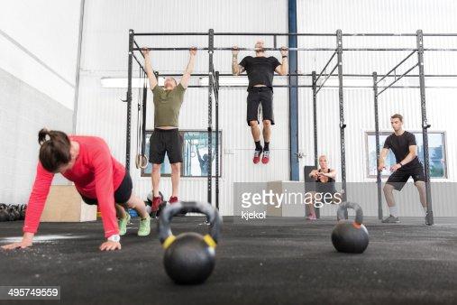 Crossfit Gruppe trainiert verschiedene Übungen : Stock-Foto
