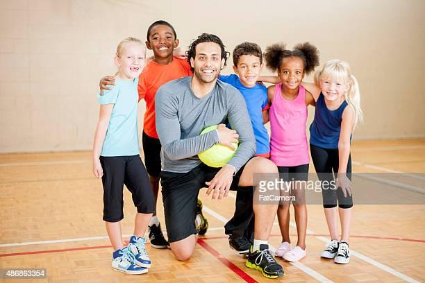 Palestra con insegnante sorridente studenti elementari