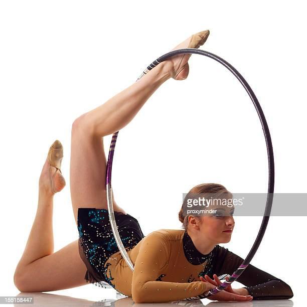 Ginnasta ragazza con hula hoop isolato su bianco