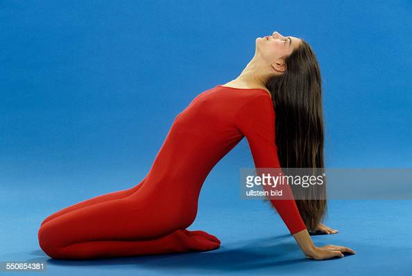 gymnastik junges m dchen roter gymnastikanzug. Black Bedroom Furniture Sets. Home Design Ideas