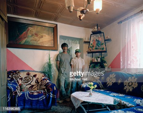 Gypsy man and son at home : Foto de stock