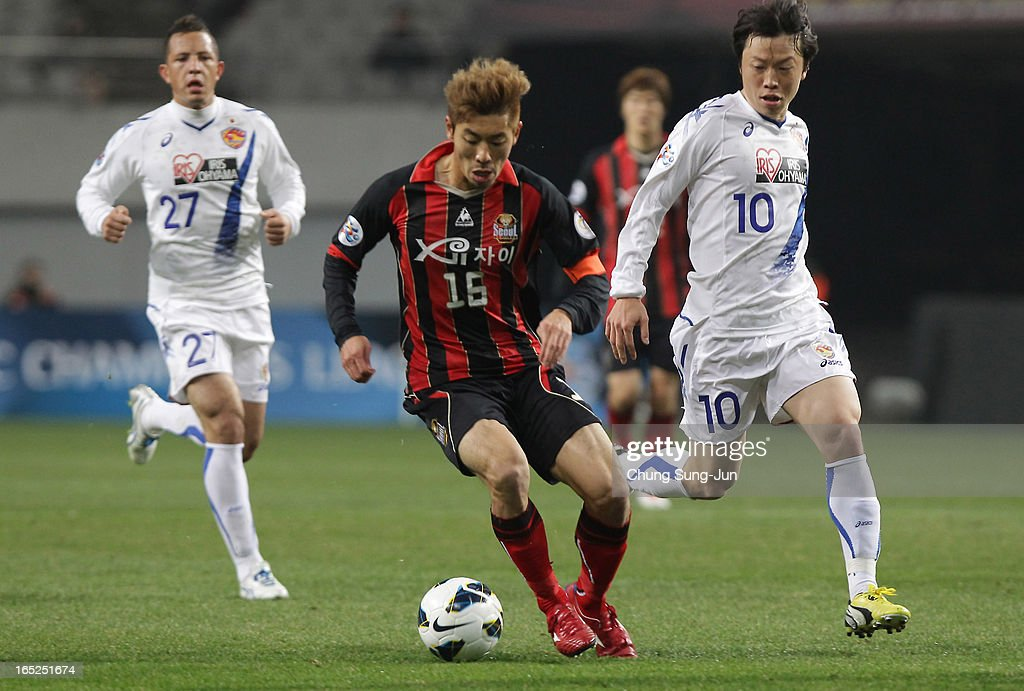 Ha Dae-Sung of FC Seoul competes with Ryang Yong-Gi of Vegalta Sendai during the AFC Champions League Group E match between FC Seoul and Vegalta Sendai at Seoul World Cup Stadium on April 2, 2013 in Seoul, South Korea.
