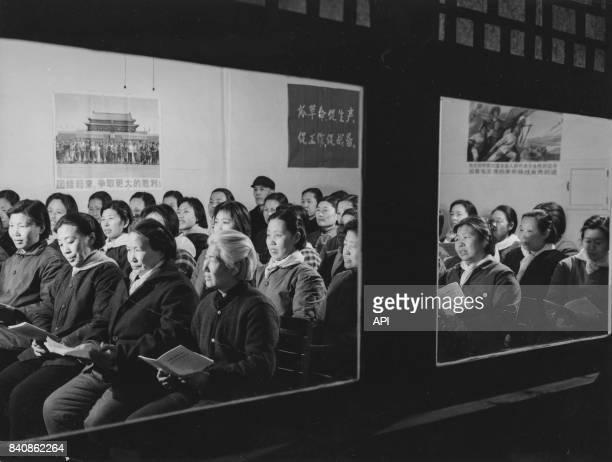 Habitants des maisons traditionnelles de Peihsinchiao à Pékin assistent au cours politique du soir le 21 juin 1975 Chine
