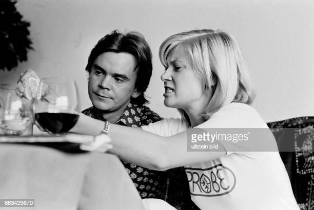 Haenning Gitte Musikerin Saengerin Schlager Daenemark mit Ehemann Jo Geissler in ihrer Hamburger Wohnung