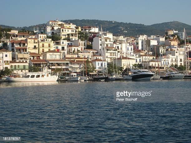 Hafen Glossa im Norden der SporadenInsel Skopelos Griechenland Europa Mittelmeer Boote Reise