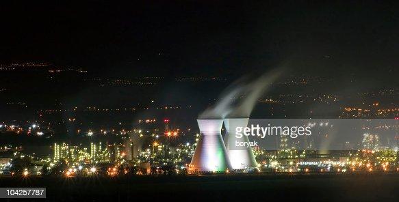 ハイファ製油所の煙突の夜景