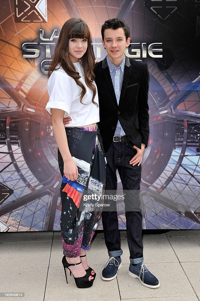 L-R) Hailee Steinfeld and Asa Butterfield attend the 'Ender's Game' Photocall at the Mandarin Hotel in Paris on October 2, 2013 in Paris, France.