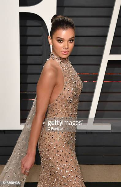 Hailee Steinfeld attends the 2017 Vanity Fair Oscar Party hosted by Graydon Carter at the Wallis Annenberg Center for the Performing Arts on February...