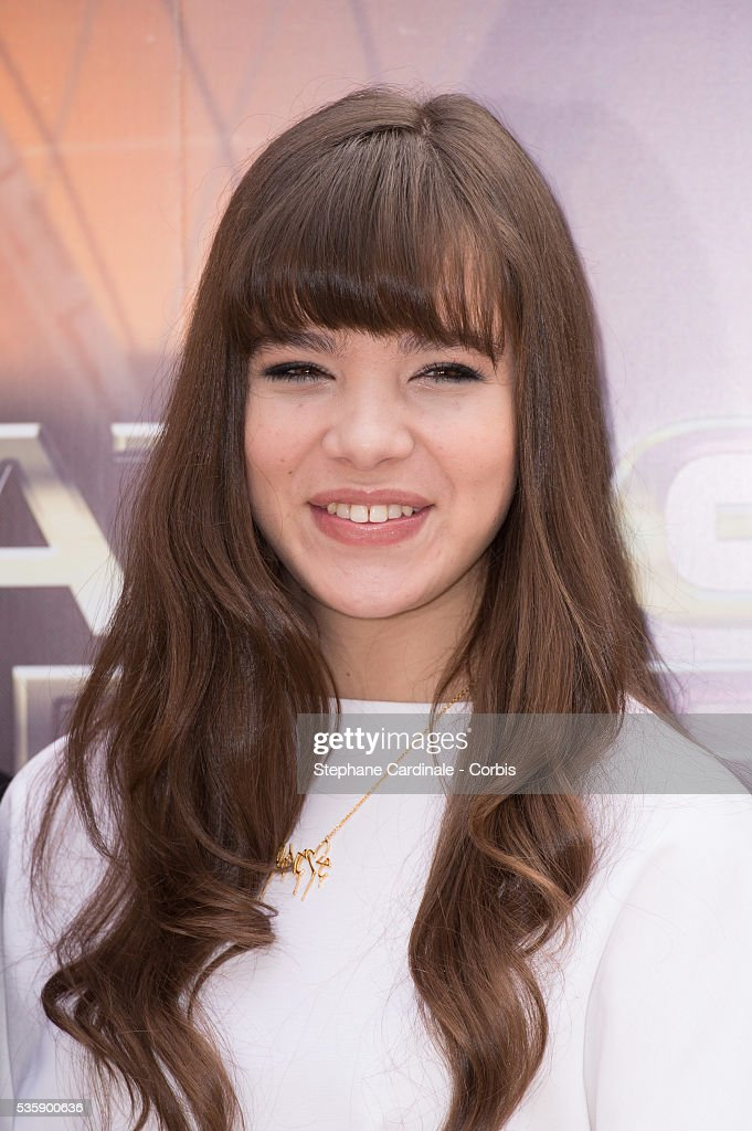 Hailee Steinfeld attends the 'Ender's Game' Photocall, in Paris.