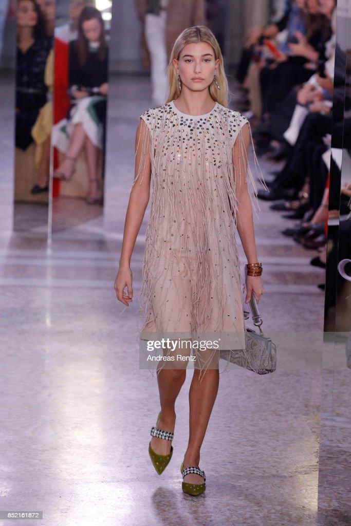 hailey-baldwin-walks-the-runway-at-the-bottega-veneta-show-during-picture-id852161872