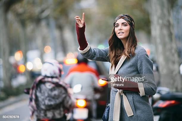 タクシーを呼び止めることは、バルセロナで、冬の一日。