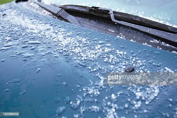 Hailstones schmelzen auf Auto-Kapuze