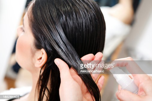 Main cheveux femme photos et images de collection getty for Salon de coiffure sexy