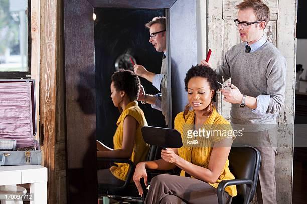 Coiffeur avec le client dans un salon de beauté