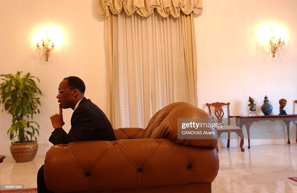 Jean-bertrand Aristide Facing Demonstrations Requiring Its Departure. Attitude pensive de Jean-Bertrand ARISTIDE, de profil, un doigt sous la lèvre, assis dans un fauteuil dans son bureau au Palais national de PORT-AU-PRINCE.