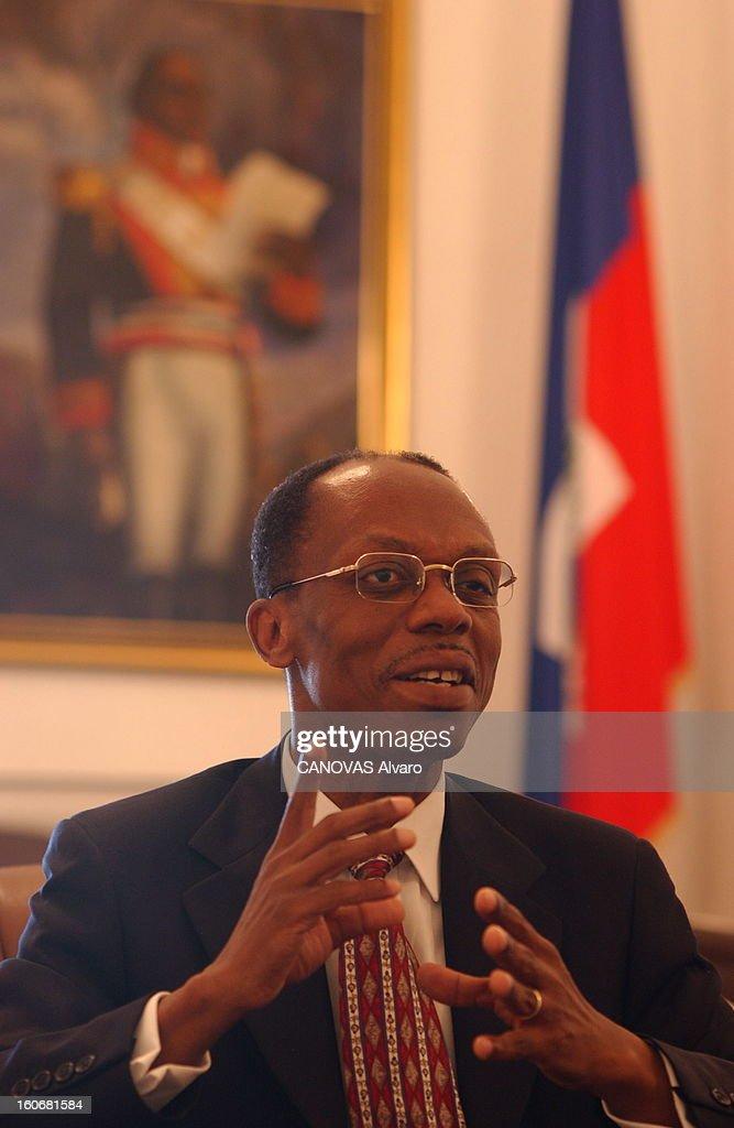 Jean-bertrand Aristide Facing Demonstrations Requiring Its Departure. Plan de face de Jean-Bertrand ARISTIDE s'exprimant assis à son bureau du Palais national de PORT-AU-PRINCE.