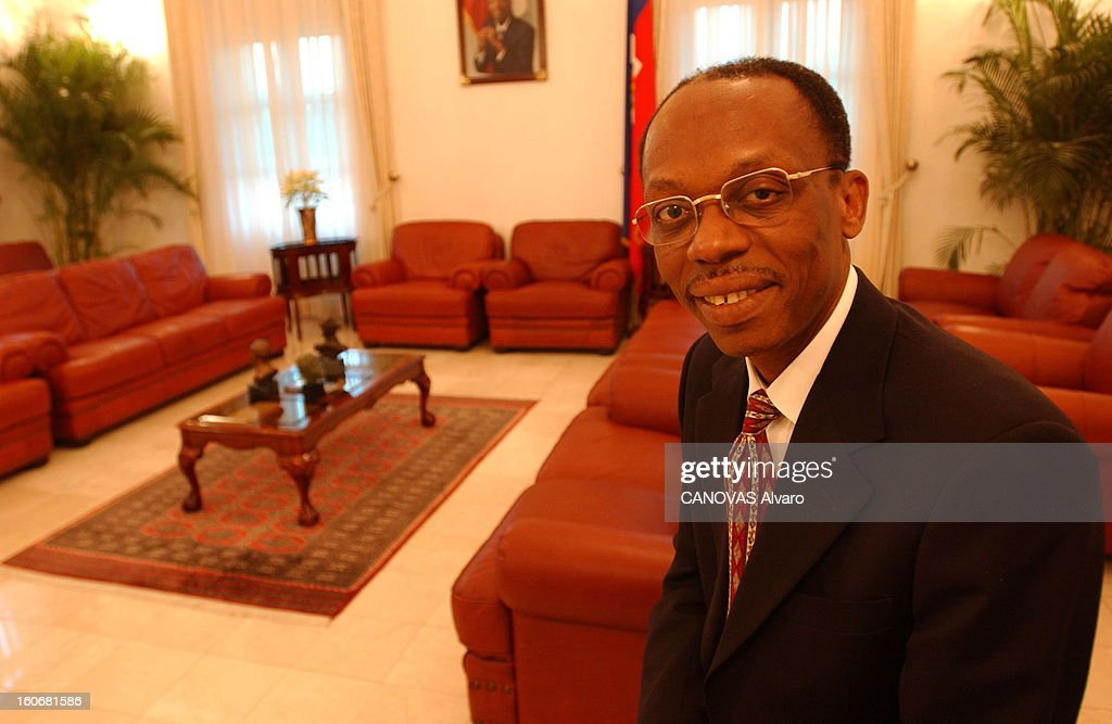 Jean-bertrand Aristide Facing Demonstrations Requiring Its Departure. Plan de face souriant de Jean-Bertrand ARISTIDE assis dans un salon du Palais national de PORT