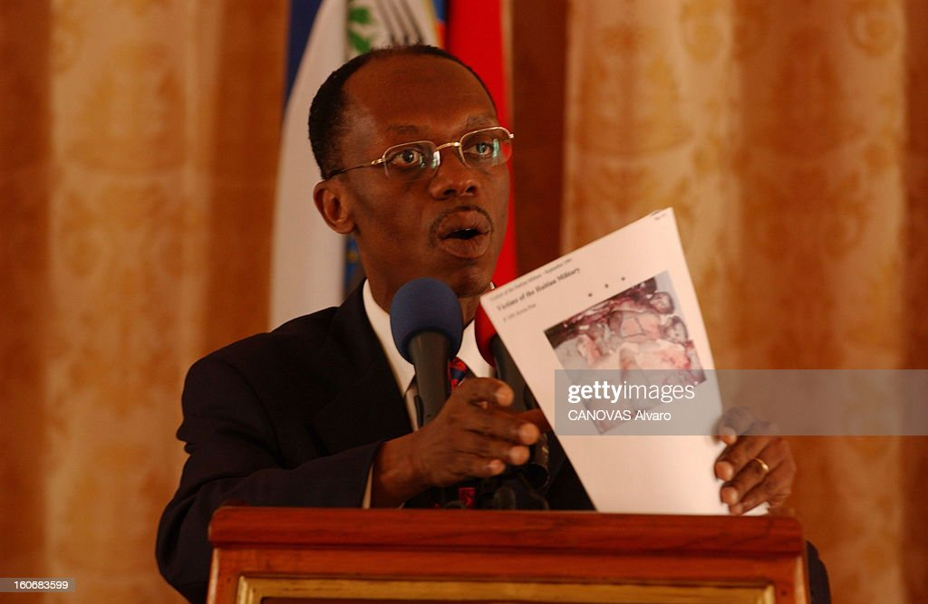 Jeanbertrand Aristide Facing Demonstrations Requiring Its Departure Plan de face de JeanBertrand ARISTIDE donnant une conférence de presse à...