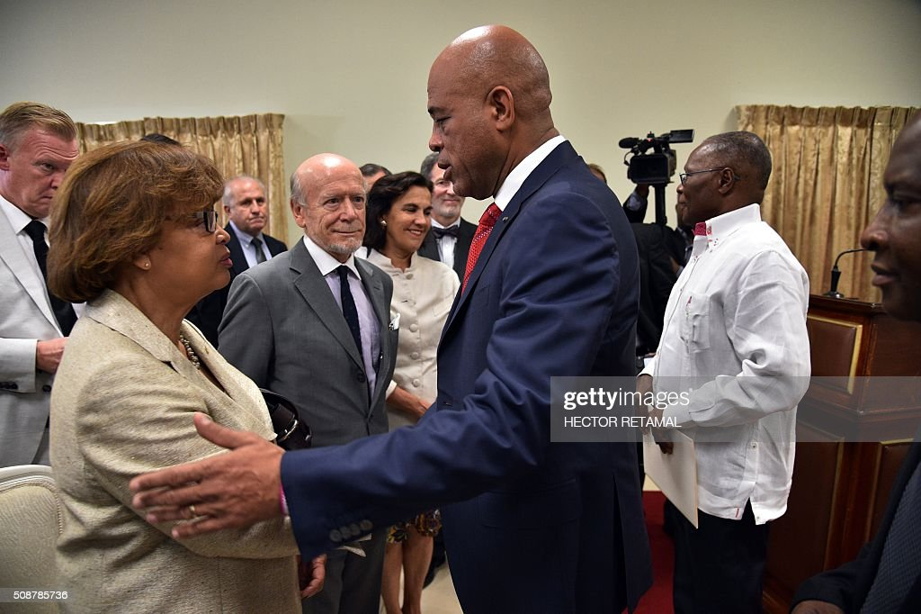 Haitian President Michel Martelly (R) cobnfers with Sandra Honoré, Special Representative of the Secretary-General and Head of the United Nations Stabilization Mission in Haiti (MINUSTAH), following the ceremonial signing of an agreement installing a transitional government on February 6, 2016 in Port-au-Prince, Haiti. Haitian politicians inked a last-minute agreement to install a transitional government, just hours before President Michel Martelly was scheduled to step down with no replacement in line. / AFP / HECTOR RETAMAL
