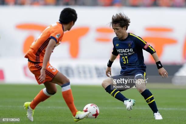 Hajime Hosogai of Kashiwa Reysol takes on Teruki Hara of Albirex Niigata during the JLeague J1 match between Albirex Niigata and Kashiwa Reysol at...