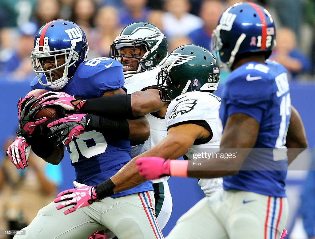 Hakeem Nicks #88 of the New York Giants makes the catch for the first down in the first quarter against the Philadelphia Eagles at MetLife Stadium on October 6, 2013 in East Rutherford, New Jersey.