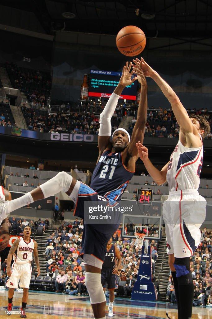 Hakim Warrick #21 of the Charlotte Bobcats shoots against Kyle Korver #26 of the Atlanta Hawks at the Time Warner Cable Arena on November 23, 2012 in Charlotte, North Carolina.