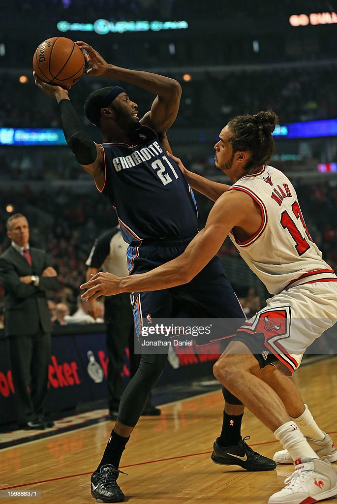 Hakim Warrick #21 of the Charlotte Bobcats tries to pass under pressure from Joakim Noah #13 of the Chicago Bulls at the United Center on December 31, 2012 in Chicago, Illinois. The Bobcats defeated the Bulls 91-81.