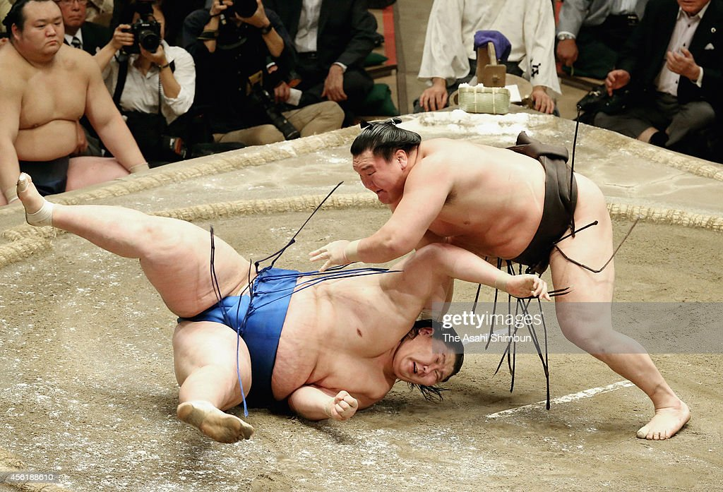 <a gi-track='captionPersonalityLinkClicked' href=/galleries/search?phrase=Hakuho&family=editorial&specificpeople=625611 ng-click='$event.stopPropagation()'>Hakuho</a> (R) throws Ichinojo (L) to win on the day fourteen of Grand Sumo Autumn Tournament at Ryogoku Kokugikan on September 27, 2014 in Tokyo, Japan.