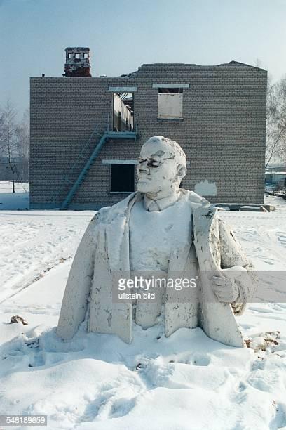 Halb abgerissene ehemalige Kaserne mit demontierter Lenin Statue 1996