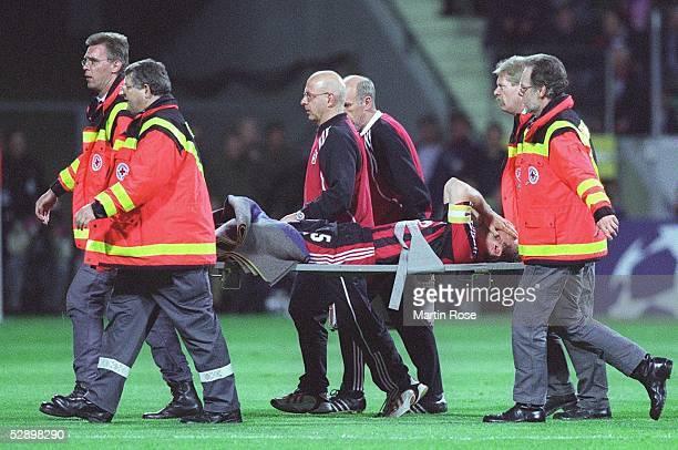 LEAGUE 01/02 Halbfinale Leverkusen BAYER 04 LEVERKUSEN MANCHESTER UNITED 11 Jens NOWOTNY/Leverkusen wird verletzt vom Platz getragen