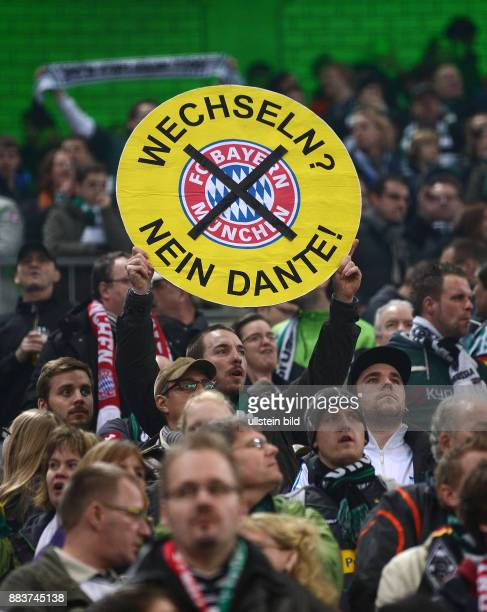 Halbfinale Saison 2011/2012 FUSSBALL DFB Borussia Moenchengladbach FC Bayern Muenchen Ein Fan haelt ein Schild mit der Aufschrift Wechseln Nein Dante...