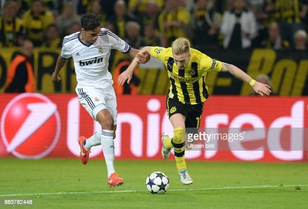 HalbfinalHinspiel Saison 2012/2013 FUSSBALL CHAMPIONS Borussia Dortmund Real Madrid Marco Reus kommt im Zweikampf mit Raphael Varane zu Fall