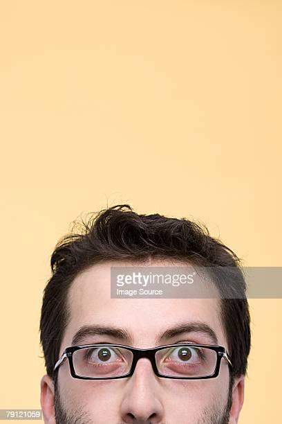 La moitié de visage d'un homme
