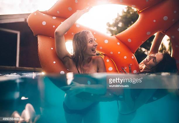 Half eintauchen Bild von Mädchen in einem pool Lachen Spielerisch