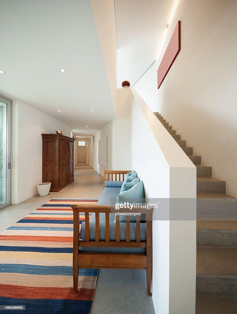 hall mit liegesofa und gestreifter teppich stock foto. Black Bedroom Furniture Sets. Home Design Ideas