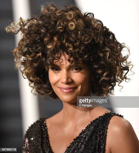 Halle Berry attends the 2017 Vanity Fair Oscar Party hosted by Graydon Carter at Wallis Annenberg Center for the Performing Arts on February 26 2017...