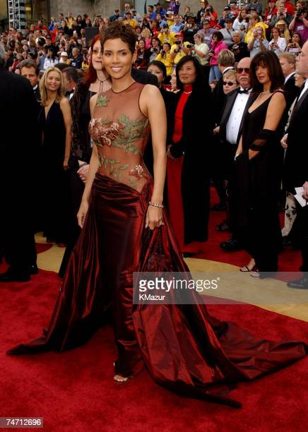 Halle Berry during The 74th Annual Academy Awards Arrivals at the Kodak Theater in Hollywood California