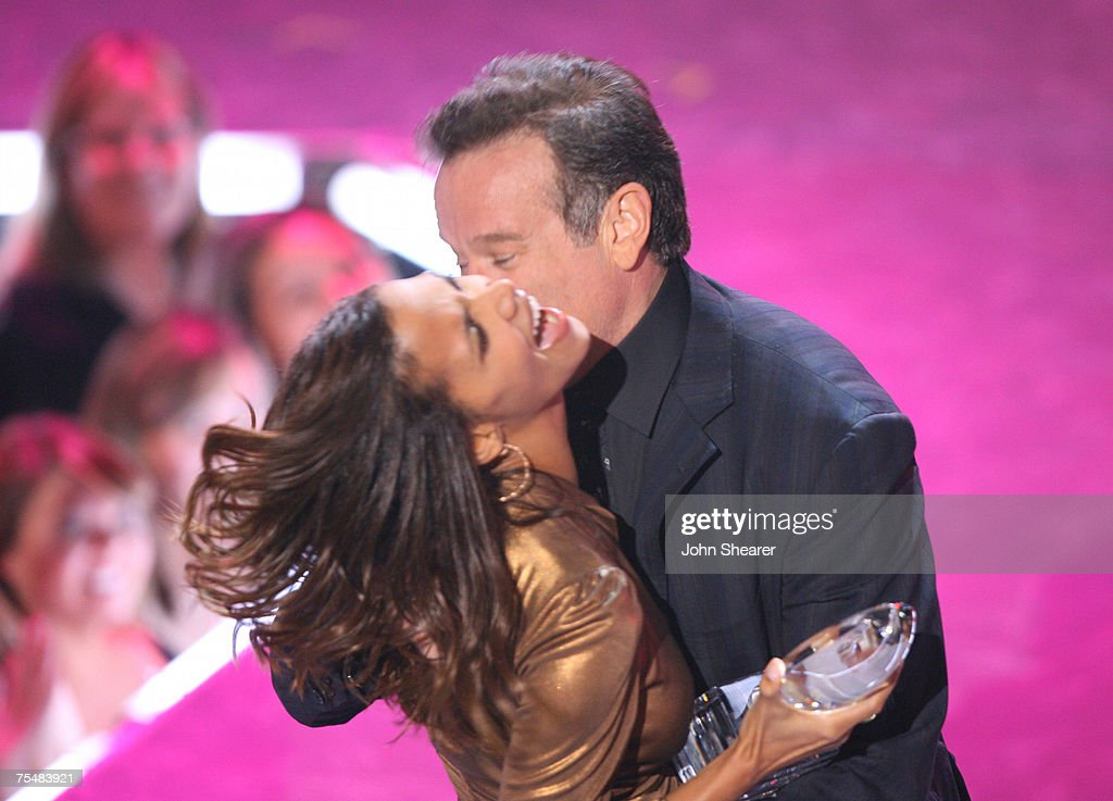 <a gi-track='captionPersonalityLinkClicked' href=/galleries/search?phrase=Halle+Berry&family=editorial&specificpeople=201726 ng-click='$event.stopPropagation()'>Halle Berry</a> presents Favorite Funny Male Star award to <a gi-track='captionPersonalityLinkClicked' href=/galleries/search?phrase=Robin+Williams+-+Actor&family=editorial&specificpeople=174322 ng-click='$event.stopPropagation()'>Robin Williams</a> at the Shrine Auditorium in Los Angeles, California