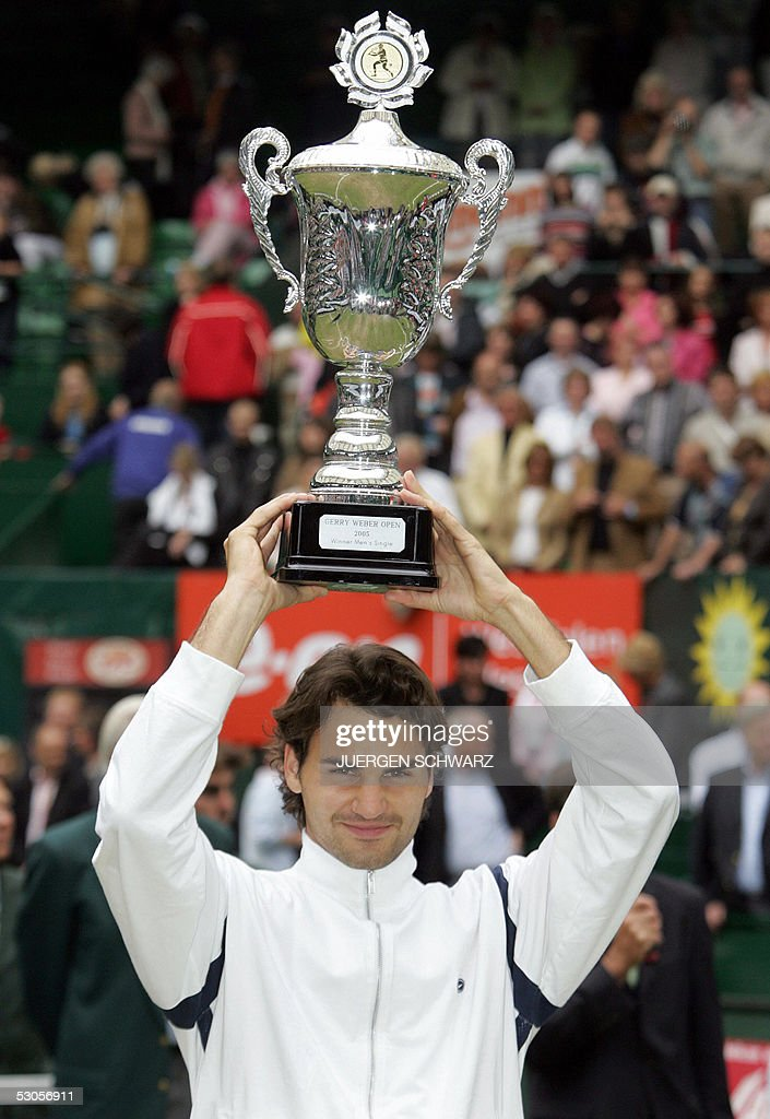 Swiss Tennis player Roger Federer poses with the trophy 12 June 2005 in Halle after winning the final of the Halle ATP Tennis Open against Russian...