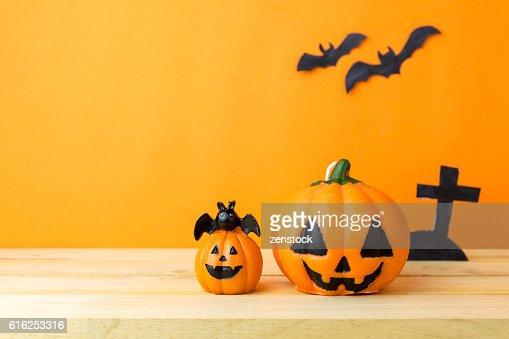 Halloween Pumpkins on wooden table : Foto de stock