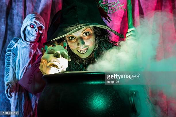 Halloween: Strega cucinare la brew per gli ospiti speciali.