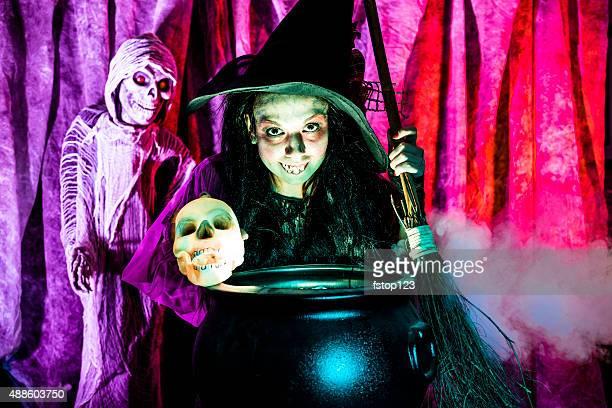 Halloween: Strega cucinare la sua miscela per gli ospiti speciali. Teschio. Zombi.
