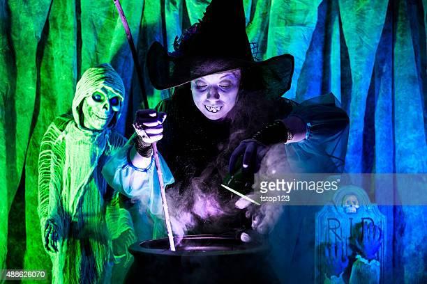 Halloween: Strega cucinare la sua miscela per gli ospiti speciali. Zombi. Calderone.