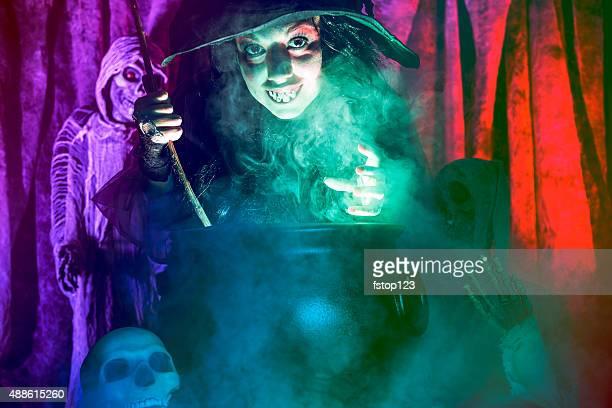 Halloween: Sorcière cuisine son brew pour les hôtes. Zombie.